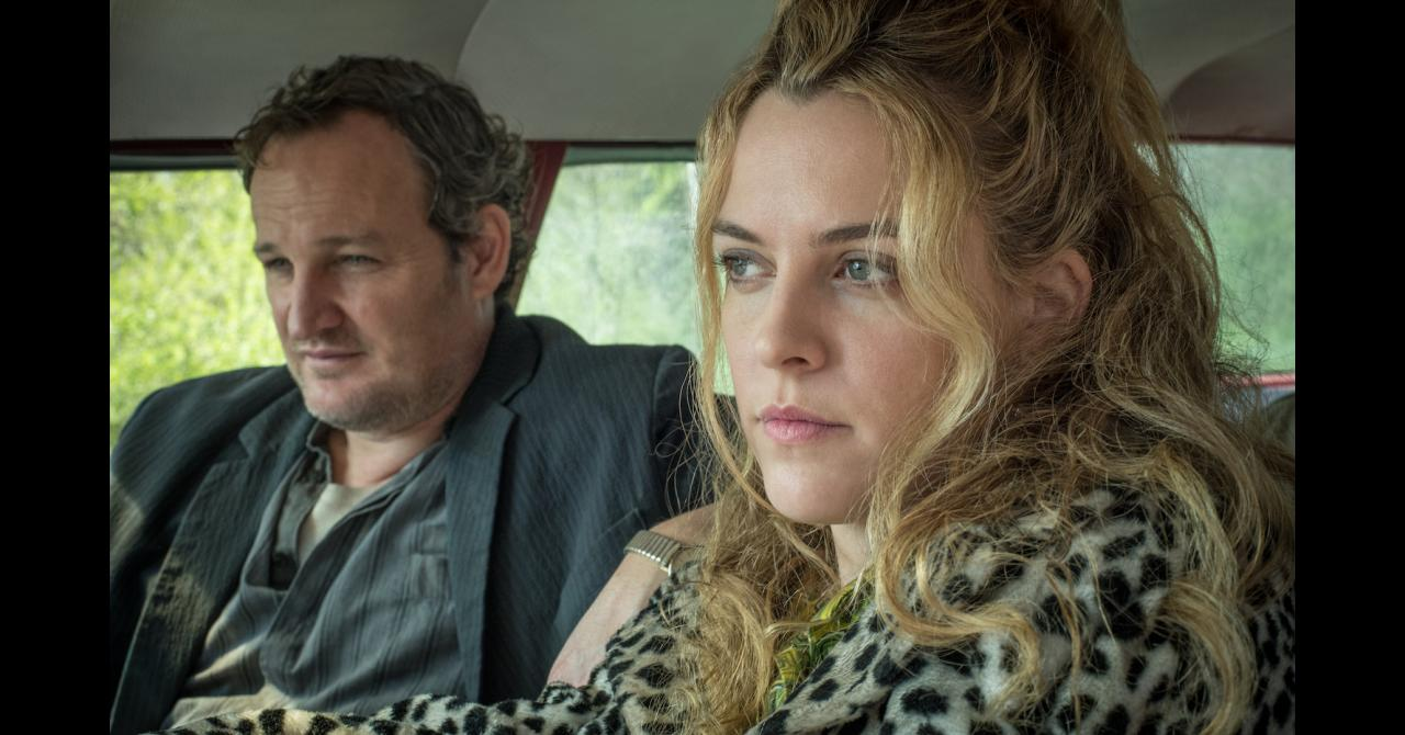 Jason Clarke et Riley Keough dans The Devil All the Time